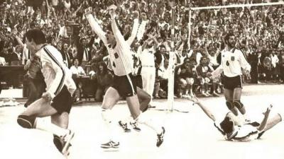 Ο Τάσος Τεντζέρης ξαναζεί το μετάλλιο της Εθνικής βόλεϊ του 1987: «Δεν υπήρχαν σκέψεις, μόνο τρέλα αλλά η Ομοσπονδία έχασε την ευκαιρία μας» (video)