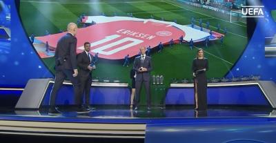 H UEFA βράβευσε το ιατρικό τιμ της Δανίας και τον Σίμον Κιάερ, που κράτησαν τον Έρικσεν στη ζωή! (video)
