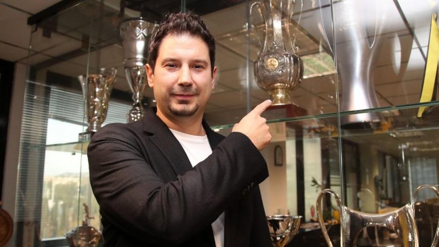 Ο Αργύρης Γιαννίκης στο... μικροσκόπιο μέσω τριών πρώην ποδοσφαιριστών του: «Στον τρόπο ζωής, Έλληνας, στο επάγγελμα, Γερμανός!»