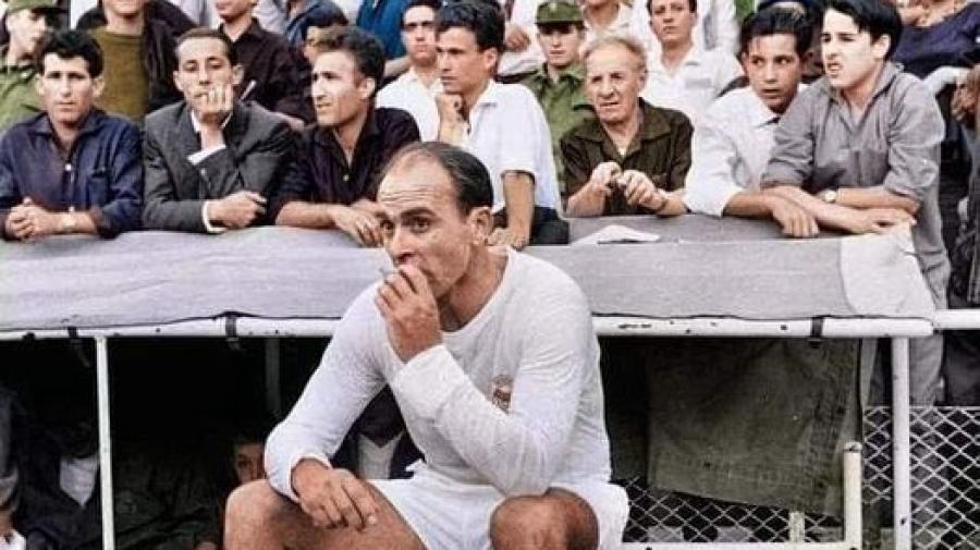 Ο Αλφρέντο Ντι Στέφανο απολαμβάνει το τσιγαράκι του στον… πάγκο!